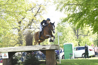 Tahina des Isles clearing the Worcester Avenue Table at fence six