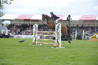 Pippa Funnell flying with this years pathfinder, Majas Hope