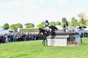 Simon Grieve and Drumbilla Metro leaping over the second of the Joules Corners